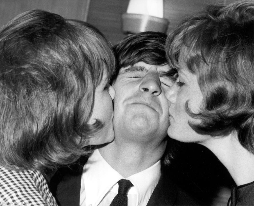1964. Ringo Starr, rajongói keresztcsókjában.