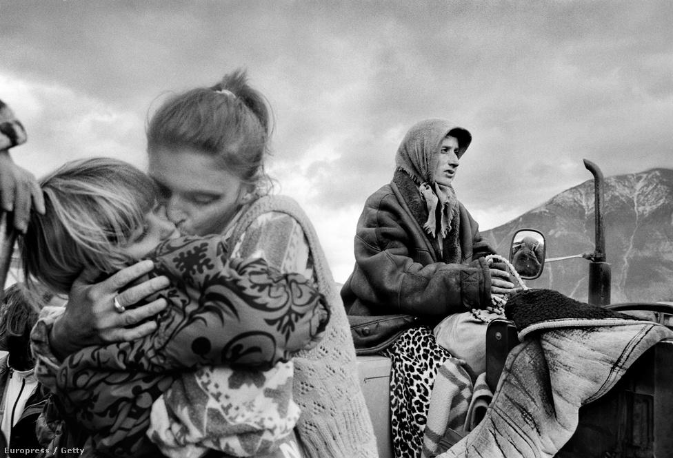 1999. tavasza - Egy albán anya a Kukes menekülttáborban találkozott újra lányával, miután a családot szerb fegyveresek választották szét Koszovóban.