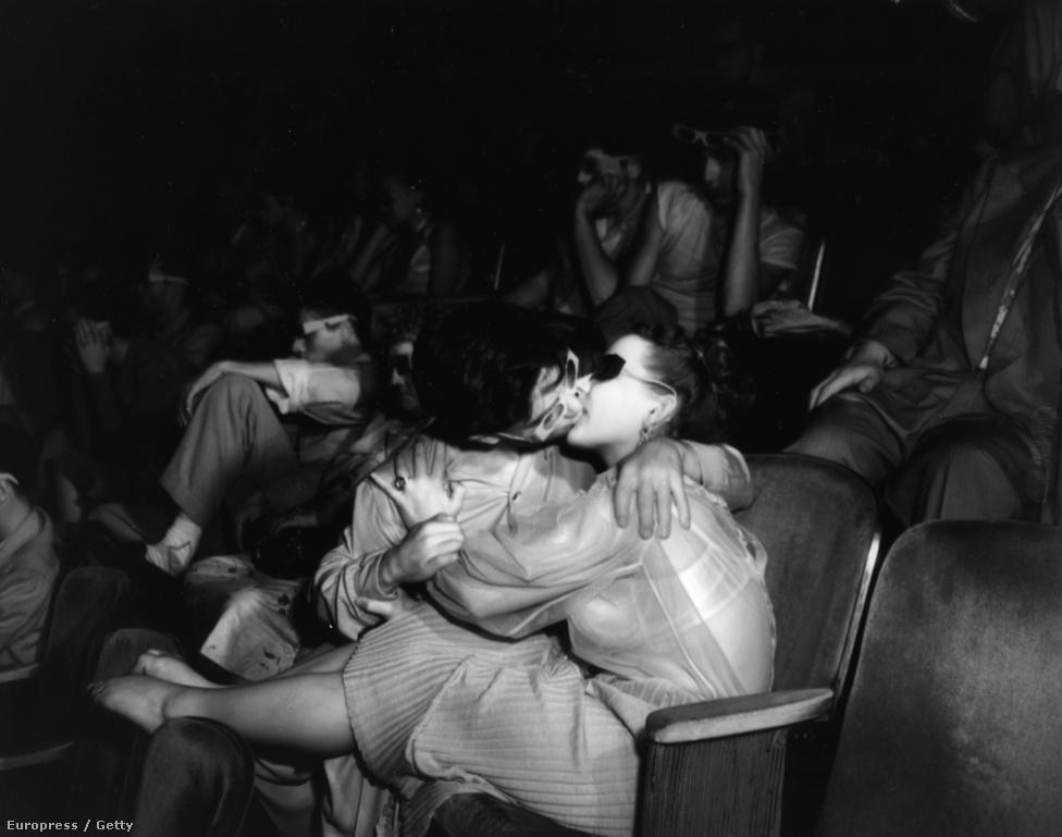 1945. Elcsattan egy csók a moziban.