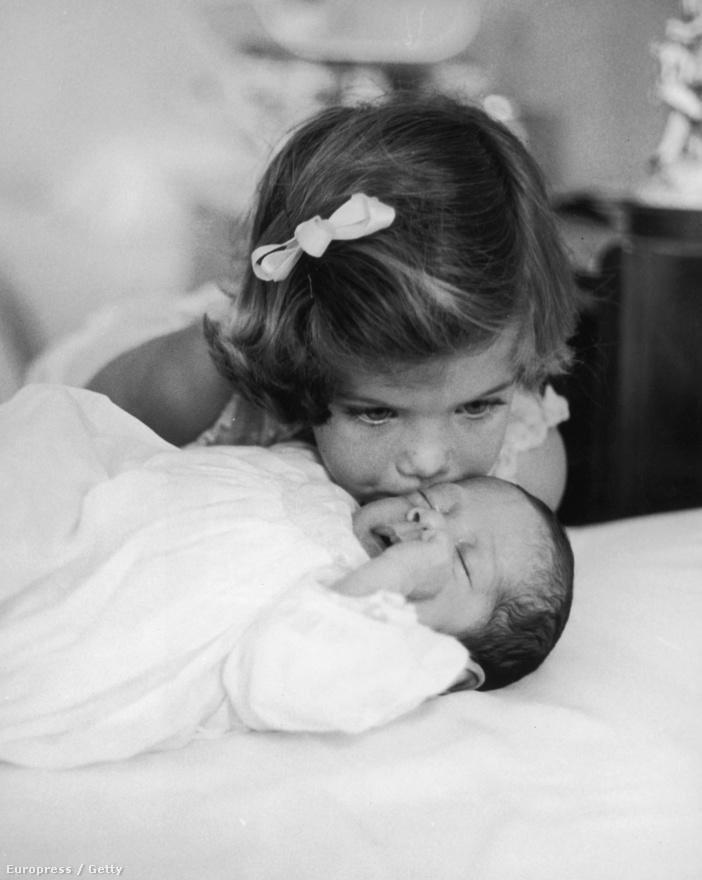 Testvéri csók a Kennedy családban. Caroline Kennedy üdvözli újszülött bátyját John F. Kennedy Jr.-t. (1961.)