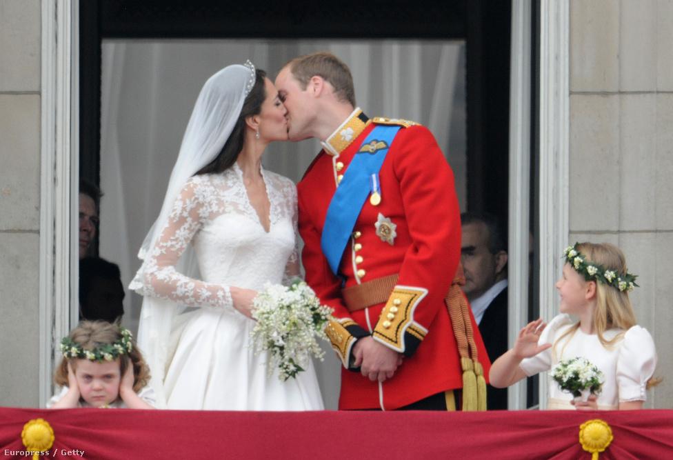 2011. Kate hercegnő és Vilmos herceg hitvesi csókját tízezrek ünnepelték a Buckingham Palota erkélye körül, milliók nézték élő adásban világszerte, de olyan is volt, akinek nem tetszett a felhajtás.