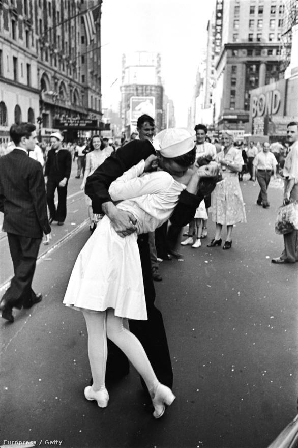1945. A történelem talán leghíresebb csókfotó-sorozata Alfred Eisenstaedt-tól: a japánból hazatérő katonákat a New york-i Times Square-en ünnepelték, az egyik matróz pedig elkapott egy ápolónőt a tömegből, hogy megcsókolja. A négy képből álló sorozat legértékesebb kockáján a nő keze nem a férfi nyakát fogja, hanem szoknyájának alját.