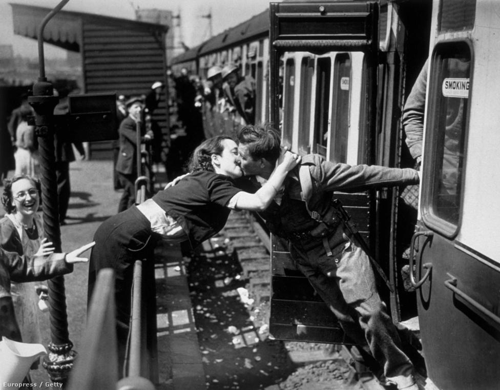 Alfred Eisenstaedt másik híres csókfotója - bár nem hazatérő, hanem a frontra induló katona búcsúcsókja feleségének.
