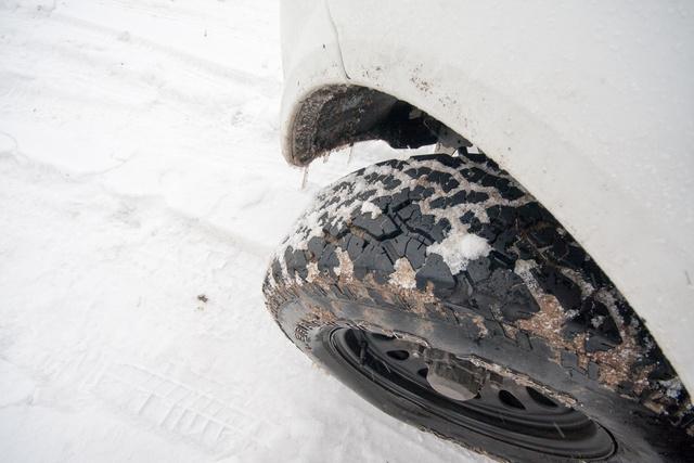 Sajnos AT (all terrain) gumi volt rajta, ami itt a siratófalon hátrány volt, még egy sima téli gumihoz képest is, mert hamar eltömődött