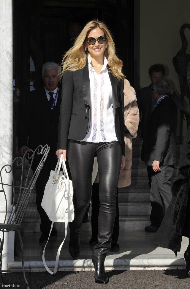 Bar Rafaeli modell az olaszországi San Remóban hagyja el hoteljét, 2013. február 13-án.