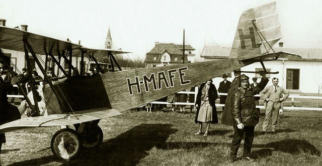 Ernst Udet gépével Mátyásföldön, a repülőnapon 1927-ben