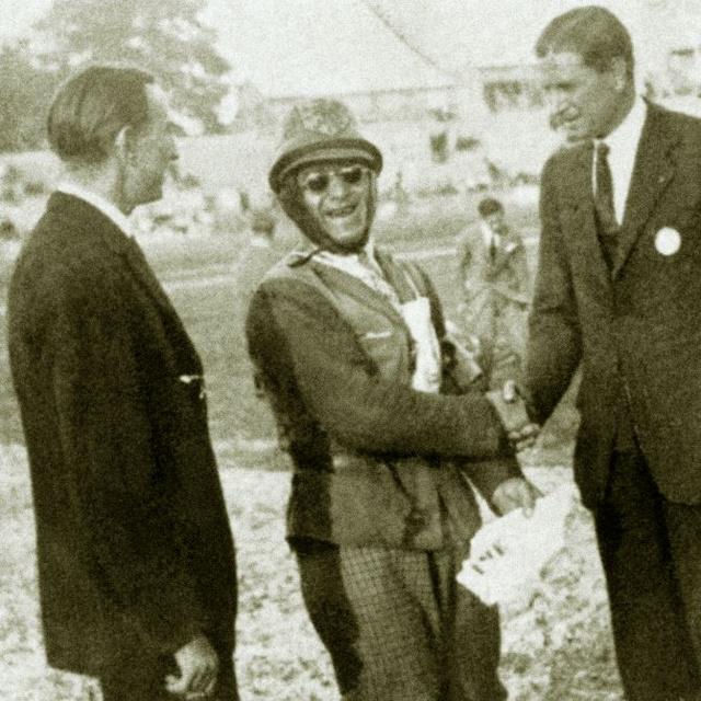 A Méray testvérek gratulációját fogadja a 250-es kategóriában aratott győzelme után. Balra Méray Endre, jobbra Lóránt (Fotó: AMS)