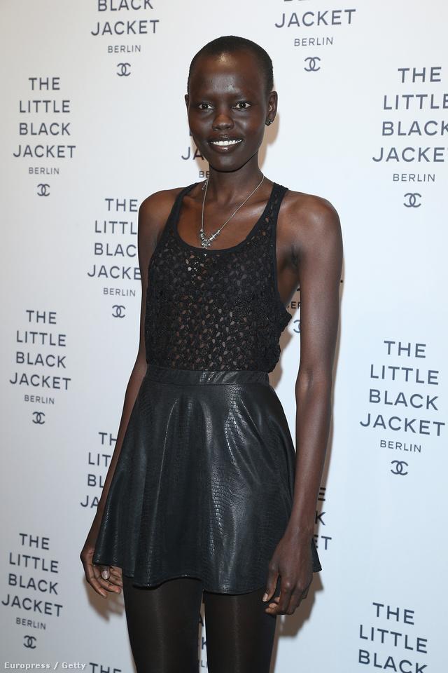 Alek Wek fekete trikóban és bőrszoknyában a  CHANEL 'The Little Black Jacket' kiállítás megnyitóján