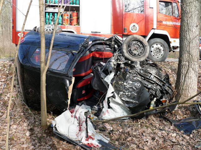 Összetört roncs Petneháza belterületén ahol eddig tisztázatlan ok miatt személyautójával lesodródott az útról fának csapódott és meghalt egy 39 éves férfi 2013. február 18-án.