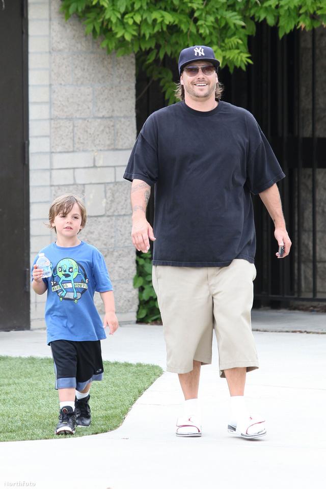 Ilyen Kevin Federline, ha előnytelenül öltözik fel. Ennek a nadrágnak nem csak a színével van baj...