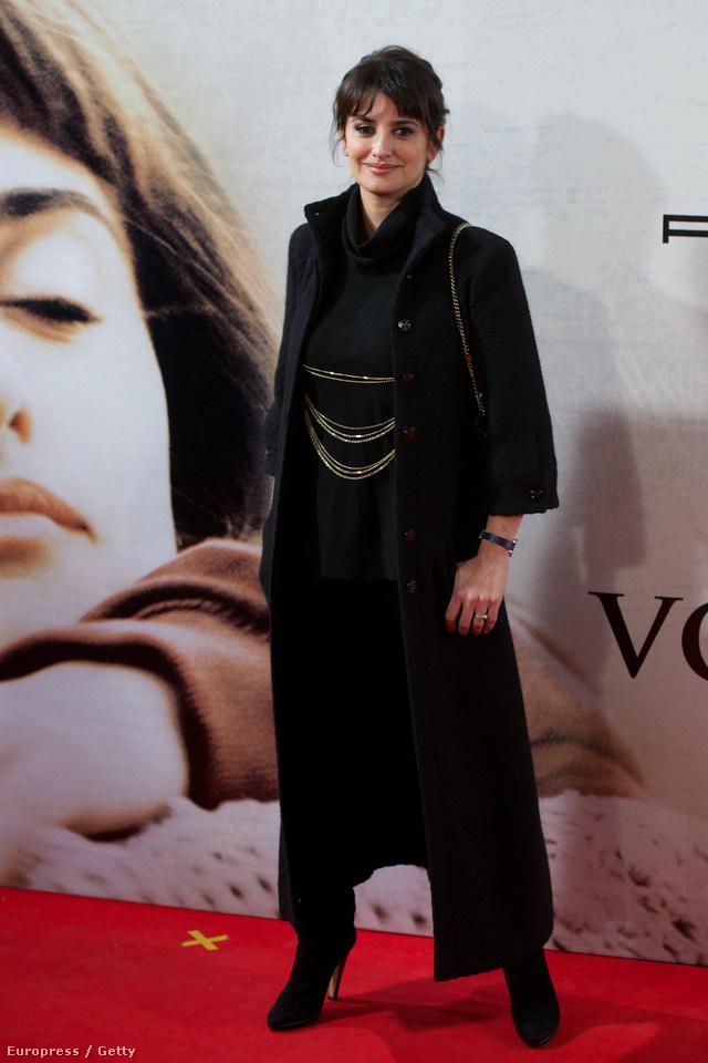 Penelope Cruz a Chanel ház fekete vintage ruhájában Madridban
