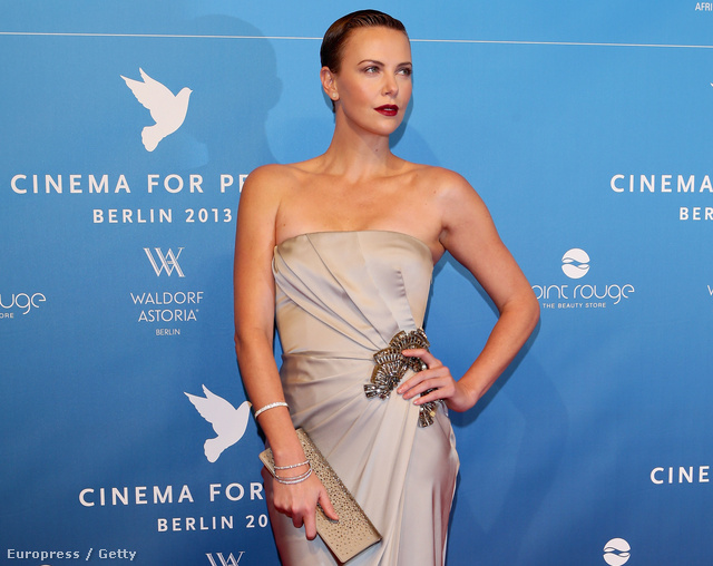 Charlize Theron a Cinema For Peace gálán a Berlinálén