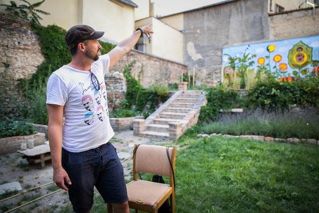 A Zöld Folt Közösségi Kertben Marcell is otthonosan mozog