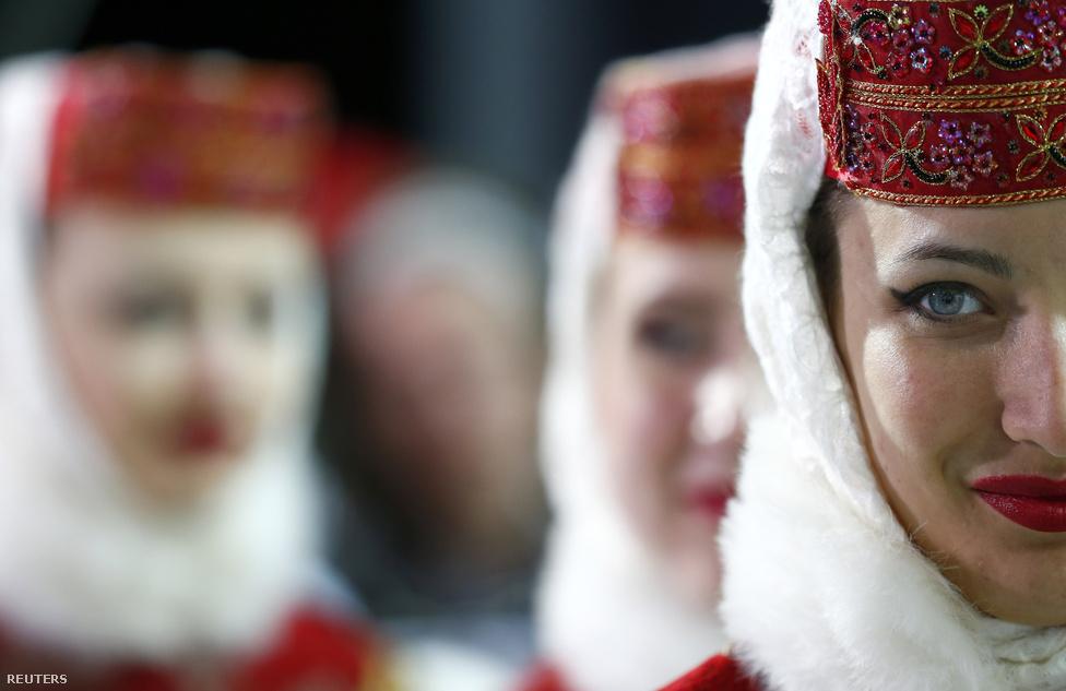 Orosz népviseletbe öltözött lányok a Rosza Hutor-i félcsőpálya bokrétaünnepén.                         Az imidzsen volna is mit javítani. Putyin Oroszországát a nyugati közvélemény féldiktatúraként tartja számon, főleg az Egyesült Államokra jellemző a hidegháborús szemlélet. Az ország megítélésén már az se segített sokat, hogy Putyin öt év szünet után minden erkölcsi aggály nélkül vette vissza az irányítást, de az ellenzék elhallgattatása csak erősíti azt a kialakult képet, hogy az országot KGB-sek és tábornokok irányítják.
