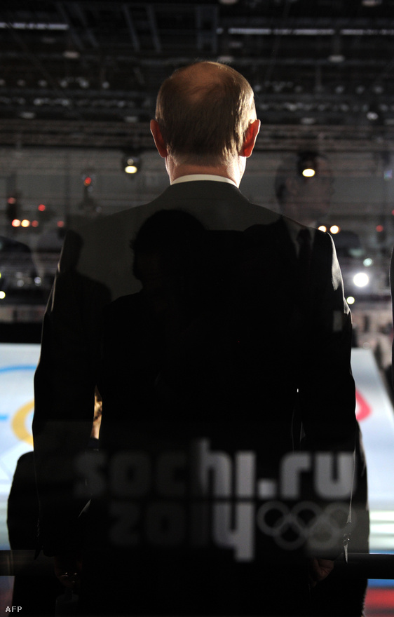 Vlagyimir Putyin orosz elnök a napra pontosan egy évvel az olimpia előtt a Bolsoj Jégpalotában tartott ünnepségen.                         Putyin annyira szívűgyének tekintette az olimpiát, hogy még angolul is hajlandó volt szónokolni. A Szovjetunió szétesése után Oroszország ugyan elvesztette világhatalmi státusát, de Putyin ennek visszaszerzésére törekszik. Így megszólalásaiban ragaszkodik az oroszhoz. Putyin amúgy tökéletesen beszél angolul, ezt a helyszínről döntő NOB-kongresszuson, Guatemalában is bizonyította.