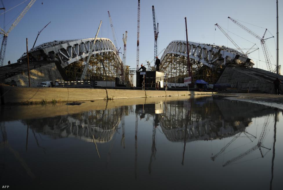 A közeli Fist-hegy után elnevezett, negyvenezres olimpiai stadion az Imereti völgyben. Tetőszerkezete a Fabergé-tojások előtt tiszteleg.                         Ennek megvan az ára. Dmitrij Kozak miniszterelnök-helyettes becslése szerint a szocsi olimpia összköltsége az 51 milliárd dollárt is elérheti. Összehasonlításképp a legutóbbi téli olimpia Vancouverben 6 milliárd dollárba került, és minden idők eddigi legdrágább olimpiája Pekingben 2008-ban kijött 40 milliárd dollárból.