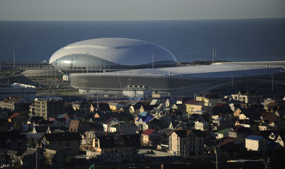 A Bolsoj Jégpalota és Gyorskocsolya-stadion a városközpontban, pár méterre a szubtrópusi tengerparttól.                         Szocsiban tehát minden bizonnyal minden idők legdrágább olimpiáját rendezik majd. És ennek csak az egyik oka az, hogy gazdasági és politikai okokból Oroszország legmelegebb pontján rendezik az olimpiát. Bár az ország nagy részén februárban még keményen fagy, a 345 ezres, a Fekete-tenger partján 40 kilométer hosszan elterülő város szubtrópusi klímája miatt ilyenkor már 10-15 fok van. Ez a fedett pályás rendezvények, például a jégkorong és a korcsolyaversenyek esetén nem jelent problémát.