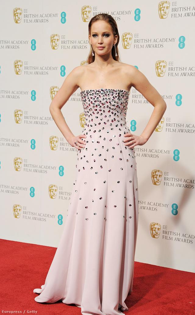 Jennifer Lawrence a 2013-as British Academy Film Awards-on egy letisztult vonalú, gyémántokkal díszített ruhában pompázott.