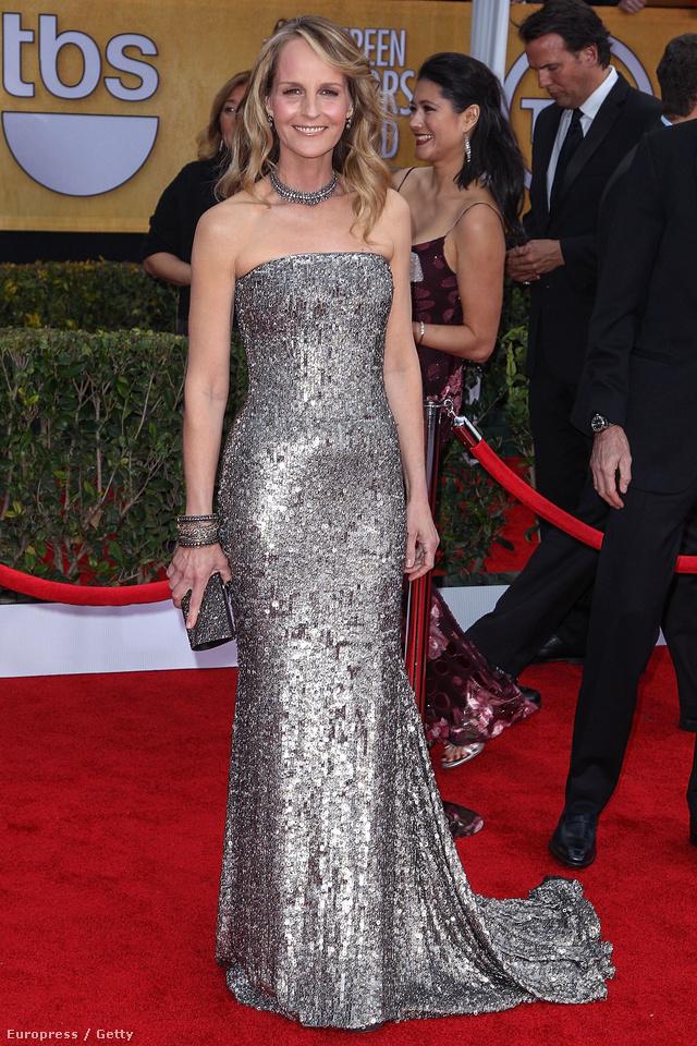 Helen Hunt az idei Screen Actors Guild Awards-on flitteres, ezüstszínű estélyiben tette tiszteletét