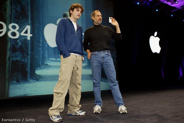 Steve Jobs éppen magyaráz - természetesen az elmaradhatatlan sportcipőjében