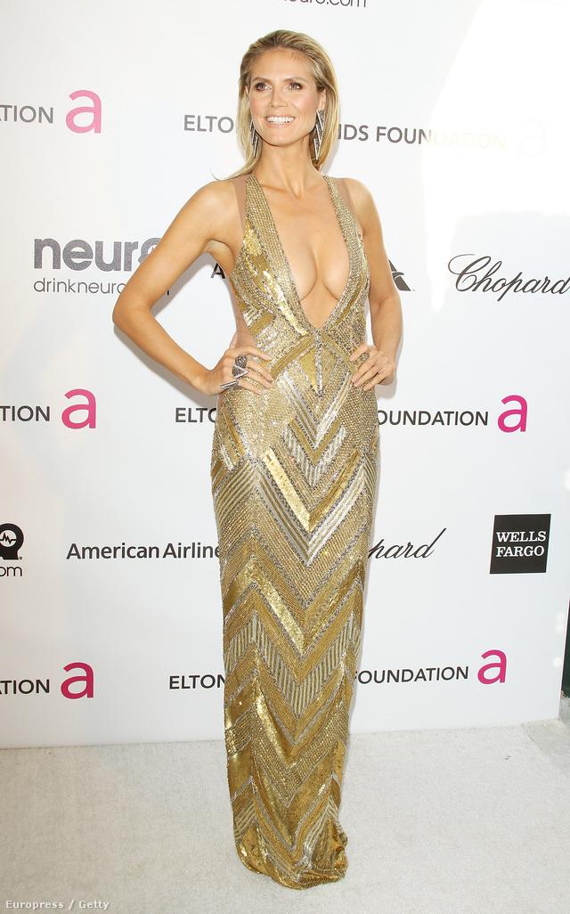 Heidi Klum egy Julien McDonald ruhában parádézott. A mély és széles kivágású ruha elég közönséges, ráadásul a melleit is lenyomta.