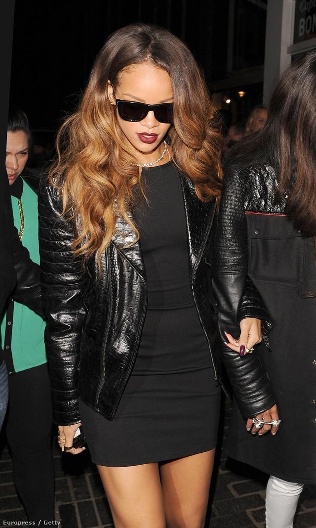 Rihanna kisfeketében, bőrkabáttal, napszemüvegben.