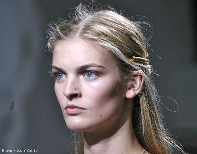 A Balenciaga trükkös hajpántja messziről...
