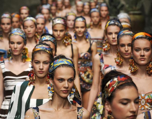 Fejkendős modellek a Dolce & Gabbana kifutóján.