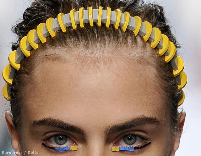 Cara Delevigne a Fandi kifutóján futurista hajpántban durcáskodik.