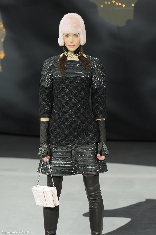 Rajzák Kinga bubifrizurára emlékeztető sapkában a Chanel kifutóján