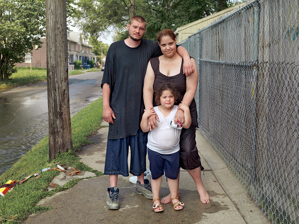 Brad, Mattalina és Angel, Delray, Westside, Detroit, 2010 A fiatal család éppen megmártózott az utca egyik kátyújában, amit a tűzcsappal árasztottak el.