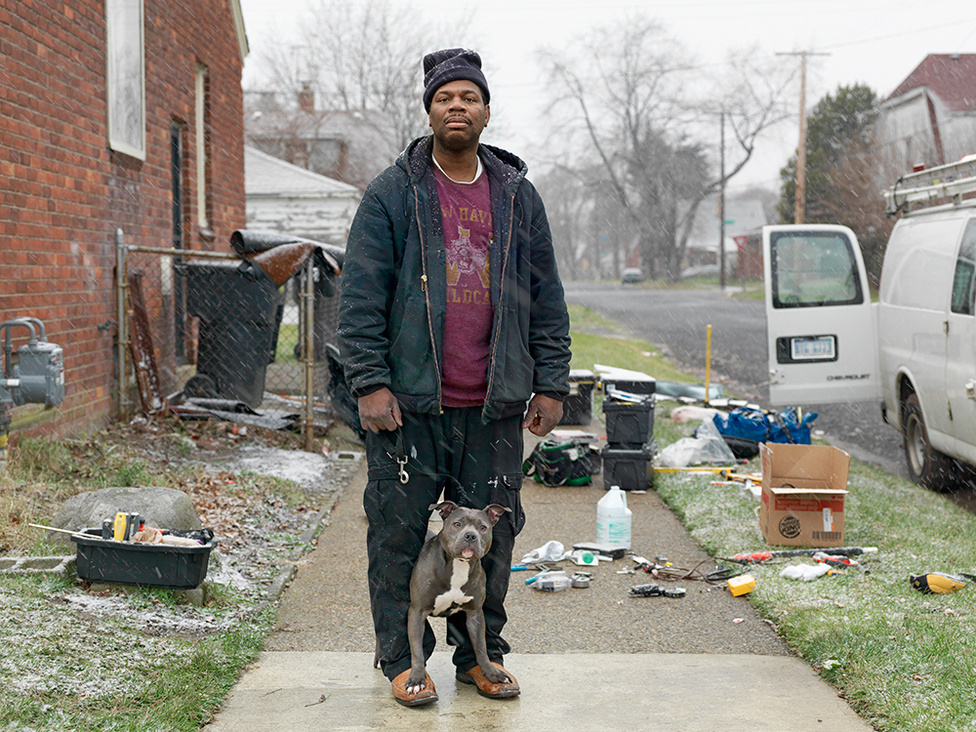 Calvin és a pitbullja, Northeast Side, Detroit, 2011 Calvin a helyi Burger King gondnoka. Éppen a kocsijából pakolt ki, amikor egyik pitbullja kirohant hozzá. Három pitbullja van, mindegyik jólnevelt, barátságos kutya. Calvin szerint nincs is rossz pitbull, csak rossz gazda.