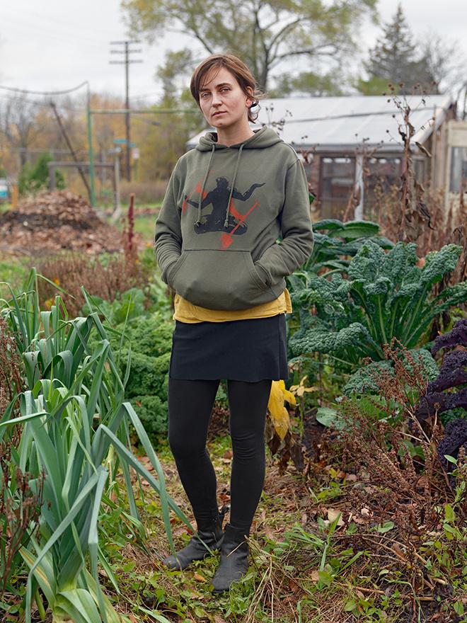Kinga a kertjében, Farnsworth Street, Eastside, Detroit, 2011 Detroitban kevés fehér maradt. A Magyarországról elszármazott Kinga az egyikük. A grafikus vállalkozó és biokertész 15 éve él a városban férjével. A biokertészetet szomszédjaikkal indították, a lerombolt házak helyén kezdtek termeszteni. Saját magukat már el tudják látni.