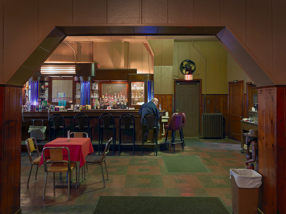 Magányos vendég a Kovac's Tavern vendégló bárjánál, West Jefferson Avenue, Delray, Detroit, 2010 Az azóta már bezárt, nyolcvan évesnél is öregebb Kovac's valaha a szomszédos Zug Island-i acélgyár melósainak a törzshelye volt. A gyár bezárása óta a hely csak vegetált, csak néhány törzsvendég látogatta, de a konyha már hónapokkal a bezárás előtt megszűnt. Maga az épület is pusztulásra ítéltetett, útjában áll az Egyesült Államok és Kanada közé tervezett új hídnak. Azt nem sikerült kiderítenünk, hogy a Kovac's eredetileg magyar tulajdonú étterem volt-e.