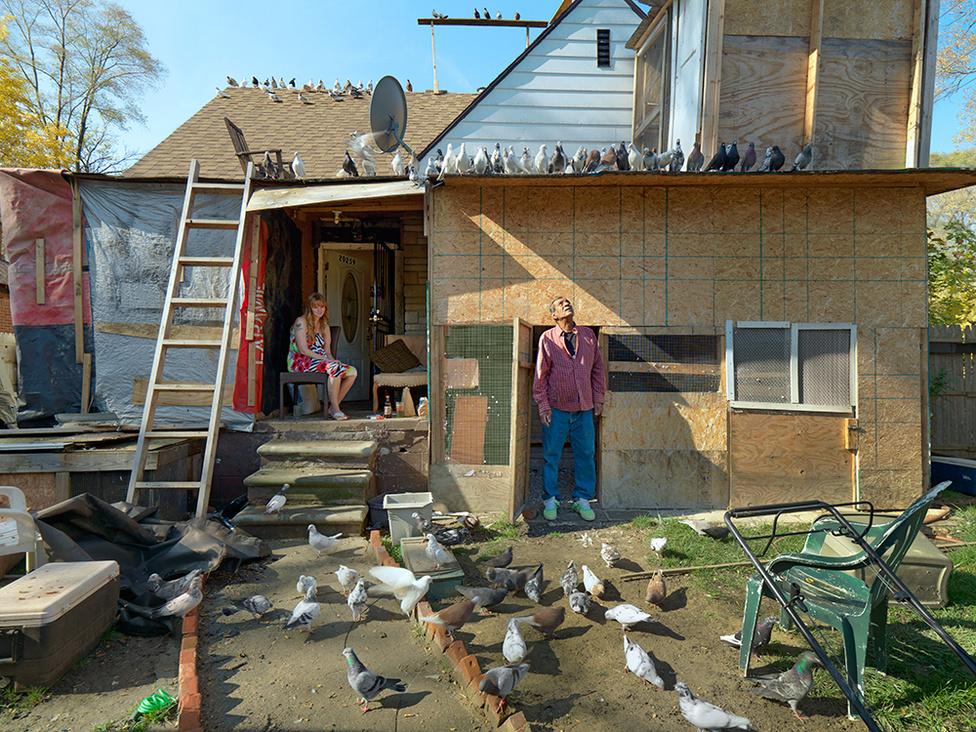 Mo, a detroiti madárember, Detroit, 2012 Nem is tisztességes város az, ahol nincs legalább egyvalaki, akit százszámra galambok vesznek körbe. Detroitban ez az ember Mo, aki még gyerekkorában, Irakban kezdett galambokat nevelni. Az elmúlt ötven évben kétezer galambot nevelt fel házilag barkácsolt ketreceiben, amiket a házához csatolt. Most is száznál több galambja van.