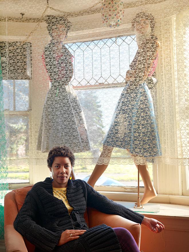 """Rachel a boltjában, North Corktown, Detroit, 2011 Rachel a """"Rachel helye"""" butik tulajdonosa, ahol régimódi ruhákat és kiegészítőket árul. 2008-ban bocsátották el a Ford gyárból, mert túl aktív szakszervezeti aktivista volt. Megtakarításaiból megvett egy négylakásos belvárosi házat, ahol kialakította üzletét. Aminek azóta híre ment, hűséges vevőköre lett."""