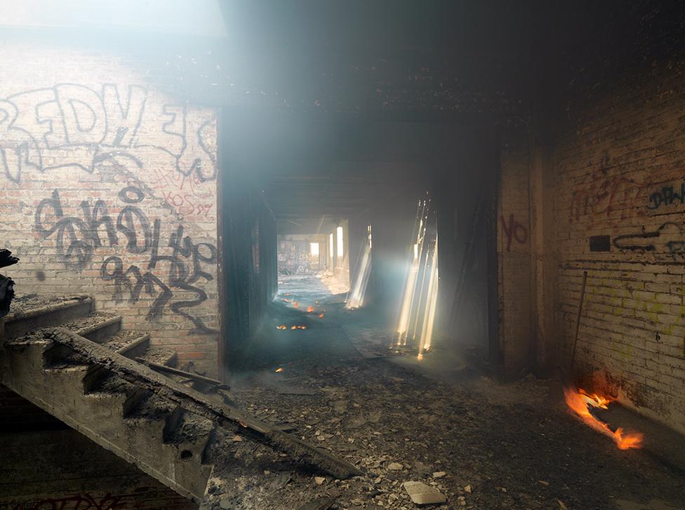 Egy tűz, amivel senki sem törődik, Packard autógyár, Eastside, Detroit, 2012 A 350000 négyzetméteres gyár területén naponta több tüzet okoznak a gyújtogatók. Az állandó gyújtogatások miatt a tűzoltók már nem is reagálnak a riasztásokra. Inkább hagyják, hogy maguktól kialudjanak.