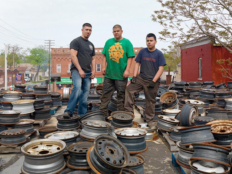 Adam, José és Luis, Mexicantown, Detroit, 2012 Adam édesapjával közösen viszi kerékjavító műhelyét a Tuxedo és a Junction utcák sarkán. A háza tetejét több száz keréktárcsa borítja, amiket gyerekkora óta gyűjt.