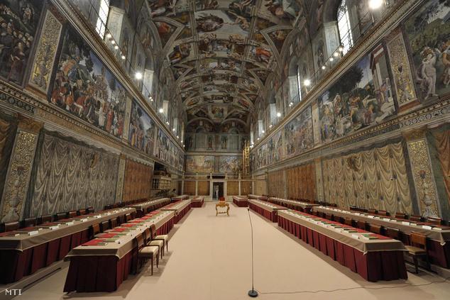 Sixtus-kápolna turisták nélkül: a 115 pápaválasztó bíboros március 12-én délután vonul be a Sixtus-kápolnába és kezdi meg a szavazást az új egyházfő személyéről.