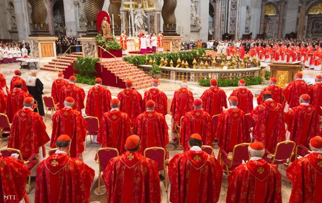 Az új egyházfő megválasztásáért miséznek a bíborosk a vatikáni Szent Péter-bazilikában 2013. március 12-én mielőtt megkezdődik a konklávé a Sixtus-kápolnában.