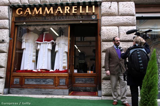 Mivel nem tudni, ki lesz az egyházfő, a ruha három méretben elkészült