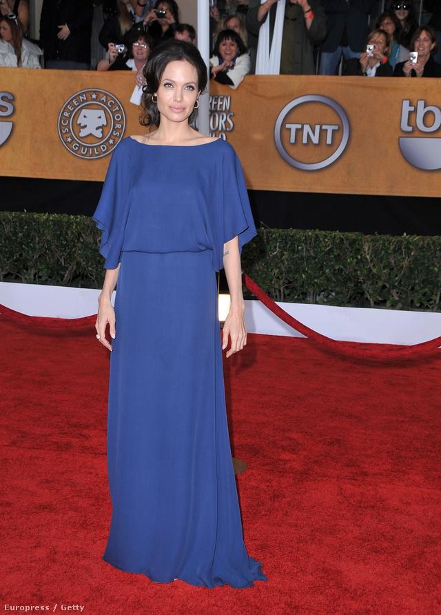 Jolie állítólag szándékosan vette fel fordítva a kék ruhát.