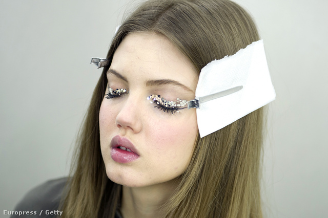 Lindsey Wixson a többi Chanel modellhez hasonlóan kristályokkal kirakott szemhéjat kapott.