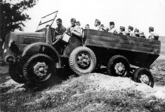 Csapatpróba 1938-ban Hajmáskéren                              ideiglenes kocsiszekrénnyel és az ütközőn                              kisméretű terepgörgőkkel                              (Fotó: Collection Burányi)