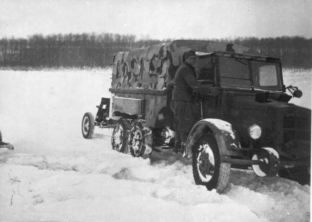 Hólánccal szerelt, páncéltörőt vontató kocsi                             (Fotó: Collection Burányi)