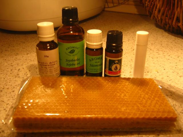 Hozzávalók: méhviasz, jojobaolaj, illóolaj (kb 3 féle) stift, vagy tégely.
