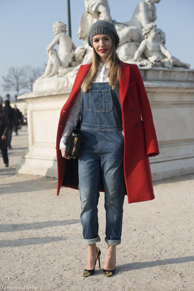 Az ismert divatblogger,Talita Silverberg Louboutin cipőben,  Alexander Wang táskával,   Top Shop kertésznadrágban és Massimo Dutti kabátban érkezett a Párizsi Divathétre.