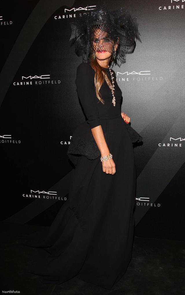Anna Dello Russo boszinak öltözve Párizsban