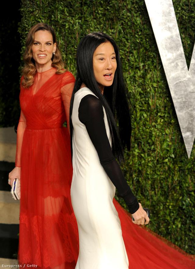Hilary Swank és Vera Wang a Vanity Fair Oscar Party vörös szőnyegén