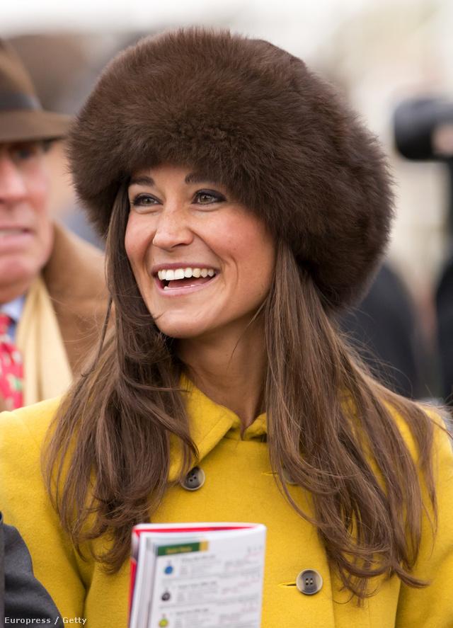 Pippa Middleton barna kucsmát viselt sárga kabátjához a nemrég megrendezett  Cheltenham Fesztiválon